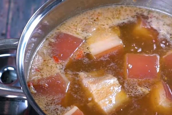 kho thịt kho tàu với nước dừa