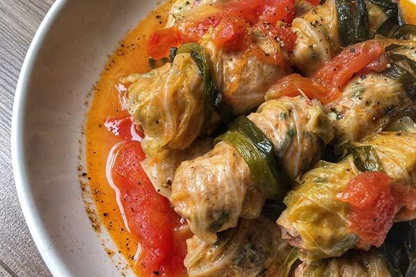 bắp cải cuộn thịt xốt cà chua