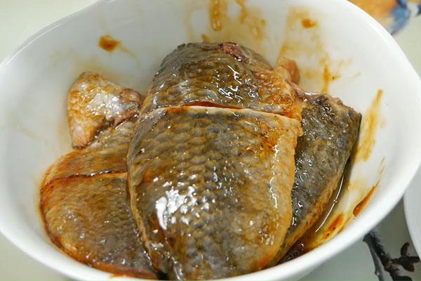 cá rô phi kho riềng
