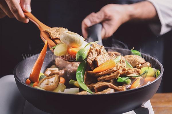 xào sơ qua các loại rau củ và thịt bò chay